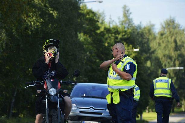 Poliisi valvoo kaikkea liikennettä koulujen lähellä.