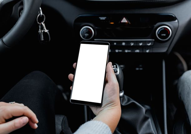Traficomin selvityksen mukaan 17-vuotiaiden loukkaantumiset henkilöauton kuljettajina lisääntyivät viime vuonna. Kuvituskuva.