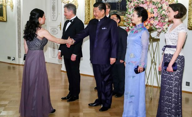 Krista Pärmäkoski kättelemässä Kiinan presidentti Xi Jinpingiä.