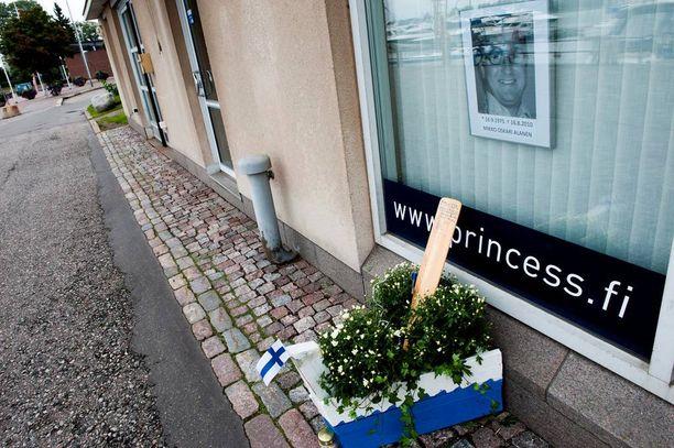 Vuosi Mikko Alasen kuoleman jälkeen surmapaikalle pystytettiin pieni muistonäyttely.