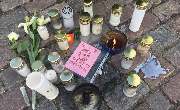 Maanantain mittaan onnettomuuspaikalle oli ilmestynyt enemmän kynttilöitä ja kukkia.
