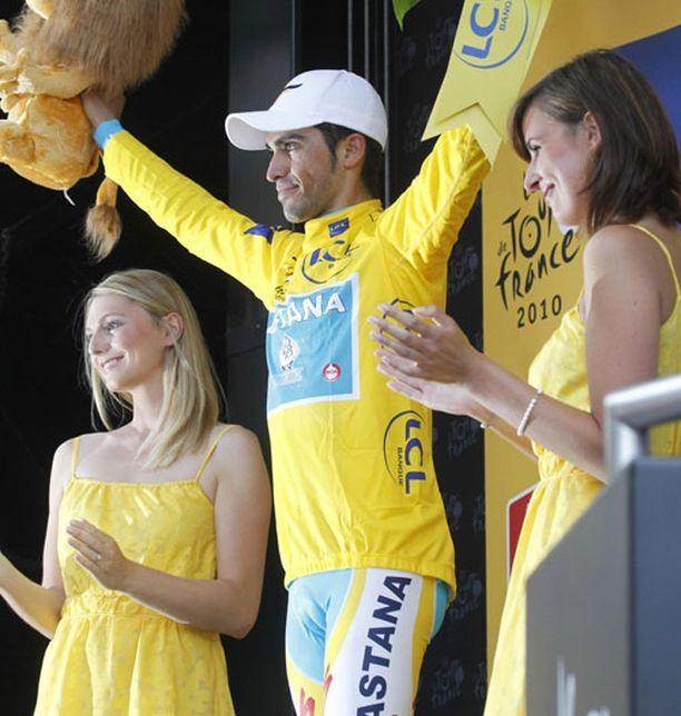 Alberto Contador (keskellä) sai kokonaiskilpailun johtajan keltaisen paidan ylleen.