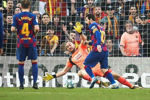 Leo Messi kiersi Eibarin serbivahdin Marko Dmitrovicin ja nautiskeli illan neljännen osumansa.