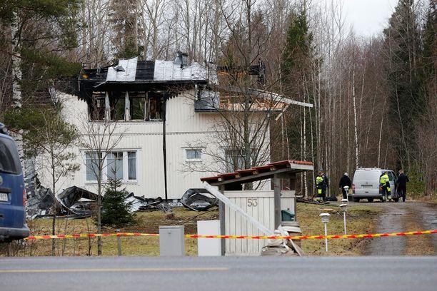 Palokunnalta meni kauan aikaa ennen kuin tuli saatiin sammumaan. Poliisi tutkii paloa.