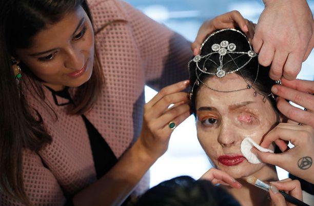 Reshma antaa myös YouTubessa meikkivinkkejä.