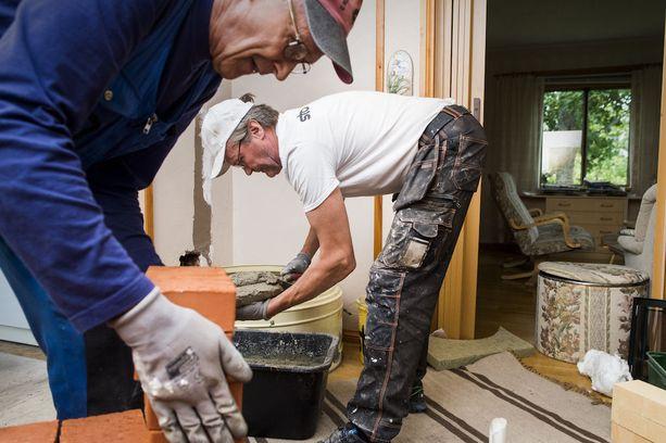 Kotitalousvähennyksiin voi kirjata esimerkiksi kotona tehdyn remontin kuluja. Kuvituskuva.