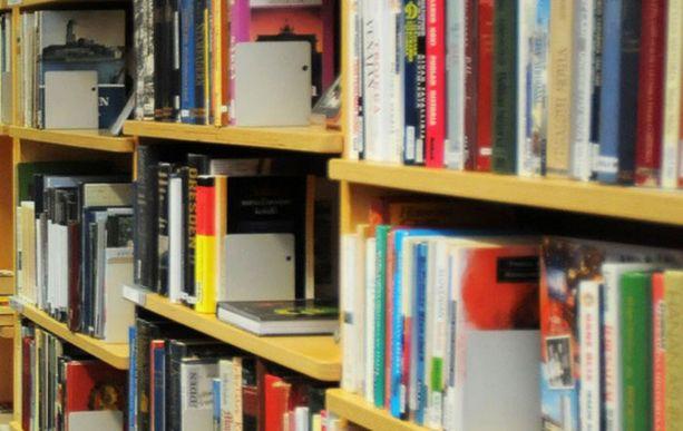 Tietokirjojen sijaan kesällä lainataan kevyttä lukemista.