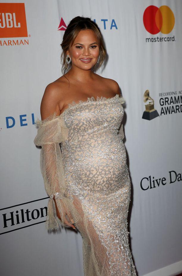 Chrissy Teigen ei osallistu sittenkään Oscar-gaalaan. Hän odottaa toista lastaan aviomiehensä John Legendin kanssa.