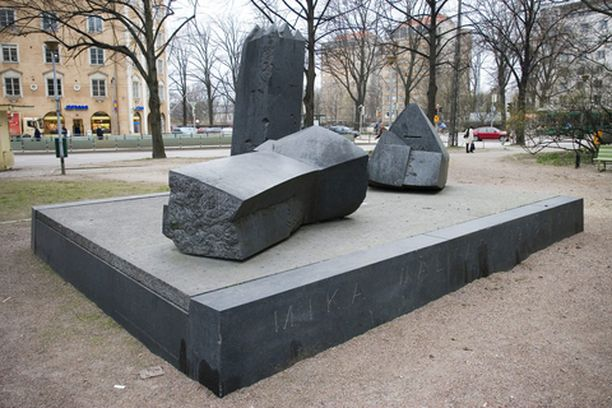 Mika Waltarin muistomerkillä on yhtä montaa tulkintaa kuin tulkitsijaakin.