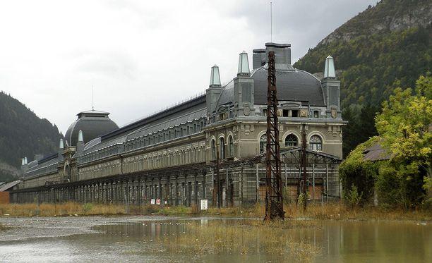 Valmistuessaan 500 asukkaan kylään rakennettu Canfrancin asema oli Euroopan toiseksi suurin.