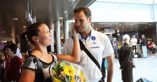Avovaimo Nina Kelo otti reissussa rähjääntyneen Pitkämäen lämpimästi vastaan.