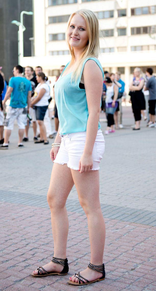 Roosa Rehumäki oli askarrellut tämän kesän hittivaatteen, minishortsit, omin käsin vanhoista farkuista. Kengät ovat muisto Bulgarian matkalta.