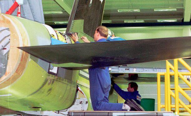 Hornetien kokoonpanoa vuonna 1996 Kuorevedellä.