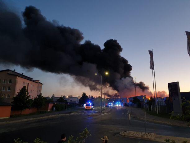 Vantaan K-raudan perjantaisesta tulipalosta levisi runsaasti savua lähistön asuinalueelle.