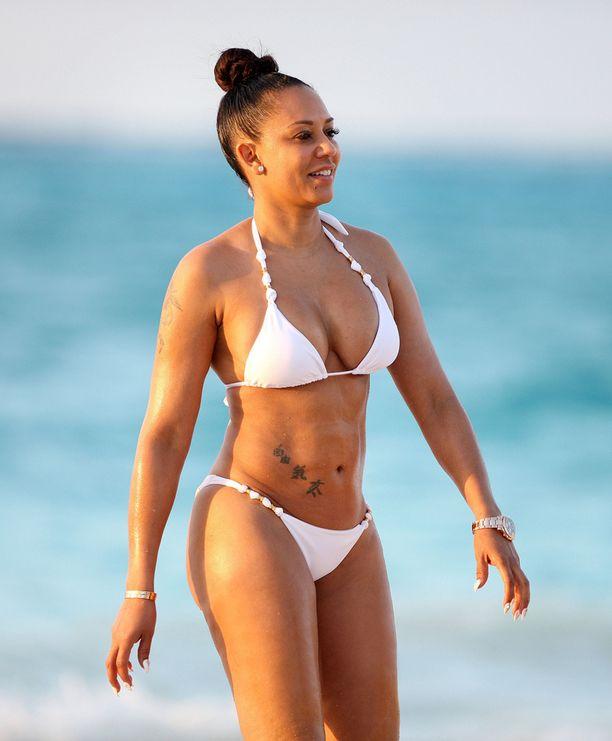 Nelikymppisen Mel B:n vartalo kestää hyvin pienetkin bikinit.
