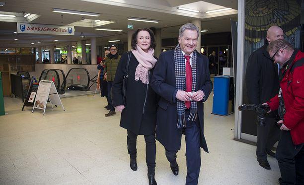 Median edustajat olivat vastassa Niinistöä ja Haukiota. Myös kansalaiset pistivät presidenttiparin saapumisen merkille.