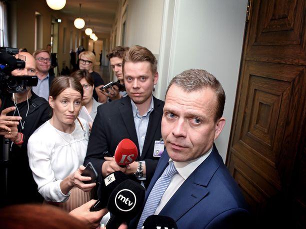Kokoomuksen puheenjohtaja Petteri Orpo uhkaa erota klubista, jolle kokoomus maksaa yli 20000 euron kuukausivuokraa vielä usean vuoden ajan.