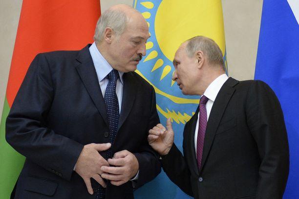 Valko-Venäjän presidentti Aleksandr Lukashenko (vas) ja Venäjän presidentti Vladimir Putin tapaavat joulupäivänä Moskovassa. Kuva joulukuun alusta Pietarista.