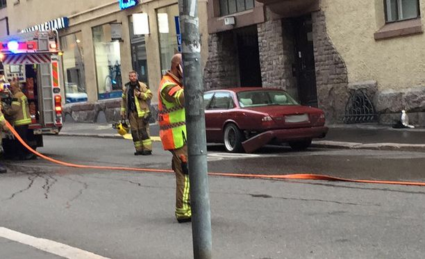 Silminnäkijöiden mukaan kuvassa oleva punainen auto olisi ollut epäillyn miehen käytössä.