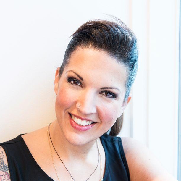 Leah Freeman kouluttaa kampaajia hiusvärien mestareiksi.