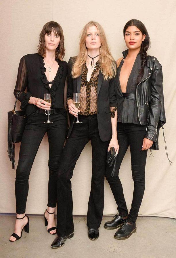 Työtä ja huvia – Saara Sihvonen (kesk.) W Magazinen ja Hugo Bossin The Shot-muotivalokuvauskilpailun kunniaksi järjestämässä juhlassa New Yorkin muotiviikolla.