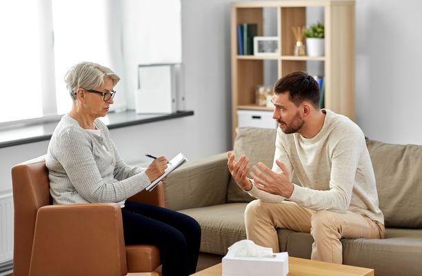 Matalan kynnyksen apua tarjoavat neuvonta- ja kriisipuhelimet antavat tukea silloinkin, kun terapiaan ei vielä ole hakeuduttu. Tarpeen tullen tarjolla on myös tietoa, mitä kautta saa lisää tukea ja pidempikestoista apua.