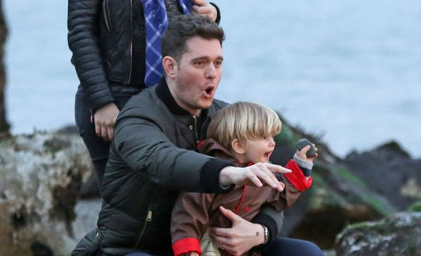 Laulaja Michael Bublé poikansa Noahin kanssa.
