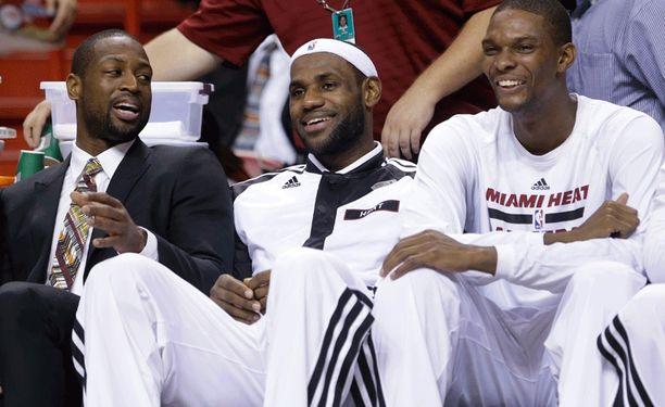 Dwyane Wadella, LeBron Jamesilla ja Chris Boshilla oli hauskaa vaihtopenkillä.