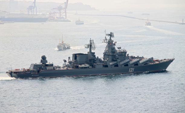 Venäjän laivasto on valmiustilassa, kertoo Reuters. Arkistokuva Moskva-ohjusriseilijästä Bosporinsalmella.