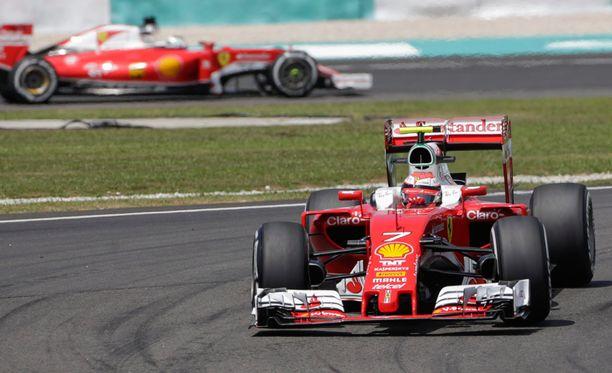 Kimi Räikkönen piti Sebastian Vettelin takanaan viimeisissä treeneissä.