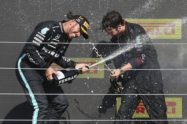 Lewis Hamilton juhli Britannian GP:n voittoa.