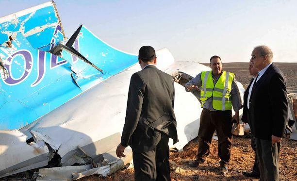 Vaikka osa turmakoneen uhreista on viranomaisten mukaan löydetty kahdeksan kilometrin päässä onnettomuuspaikalta, koneen hylyn osat ovat suhteellisen lähellä toisiaan.
