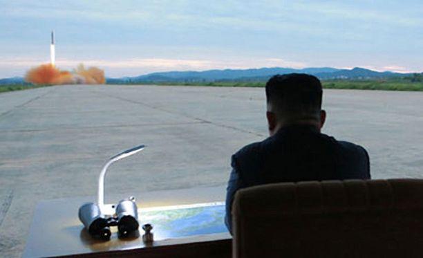 Kim Jong-un tarkkaili ballistisen ohjuksen Hwasong-12:n laukaisua Pjongjangissa elokuun 29. päivänä.