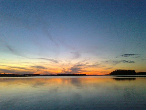 Kaunein näkemäni auringonlasku elokuussa 2011 Kuorasjärvellä Alavudella. Samaan aikaan toisella puolella täysikuu nousemassa.