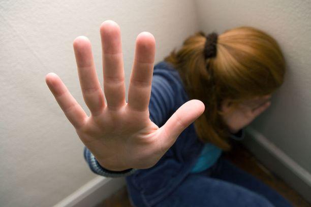 Mies ampui pakenevaa vaimoaan pahoinpitelyn päätteeksi (kuvituskuva).