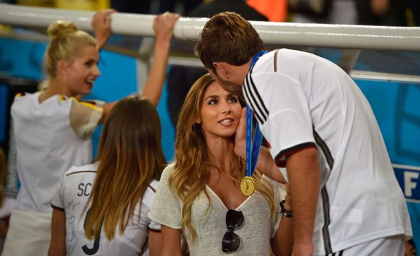 Ann Kathrin Brommel onnitteli voittomaalin tehnyttä poikaystäväänsä Mario Götzeä.
