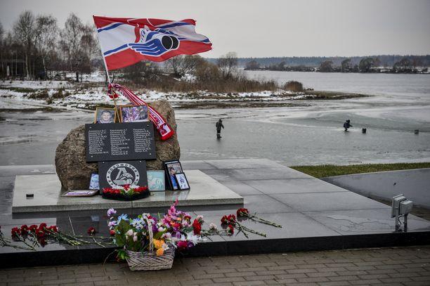 Lokomotiv Jaroslavlin lippu liehuu ylväästi lento-onnettomuuspaikalla, jossa koko joukkue menetti henkensä 7. syyskuuta vuonna 2011.