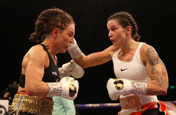 Huippulupaava Terri Harper (oikealla) on uusi WBC-maailmanmestari.