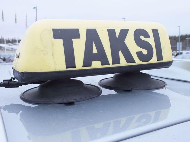 Naisen mukaan Pirkanmaan Kela-kyytien välityskeskus varaa auton liian myöhään. Kuvituskuva.