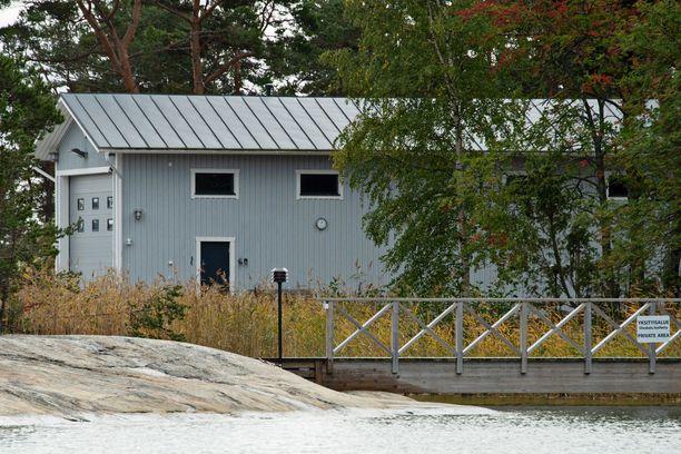 Kuvan rakennus on venehalli, jonne pystyi kulkemaan kaislikon läpi toiselta puolen saarta.