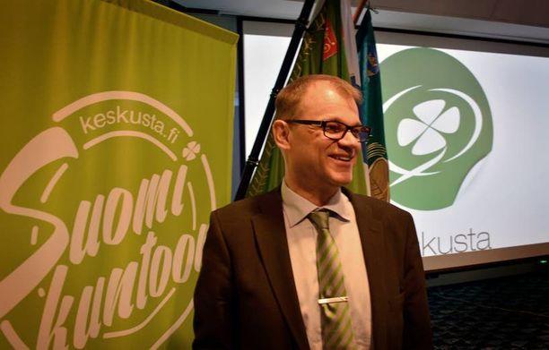 Keskustan puheenjohtaja Juha Sipilä oli hyvällä tuulella puoluevaltuuston kokouksessa Helsingissä.
