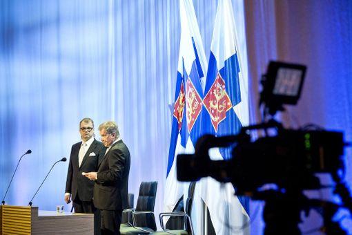 Eduskunnan puhemiehistö esitti syyskuussa 2015, että kansanedustajat luopuisivat viikon palkkiota vastaavasta summasta kahdesti. Sauli Niinistö pyysi palkkansa alentamista presidenttinä vuonna 2013. Kuva vuoden 2015 valtiopäivien avajaisista.