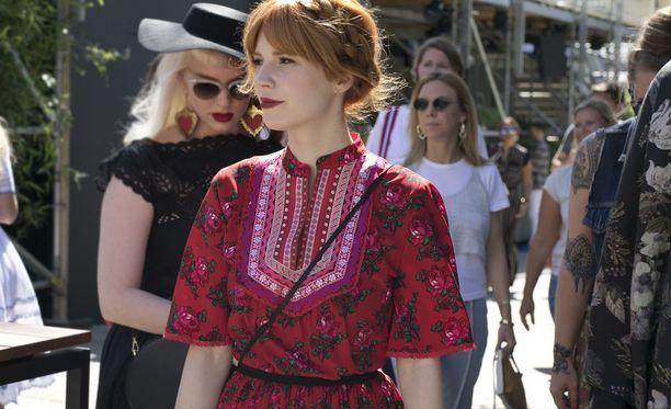 Punainen tukka ja kirkkaanpunainen mekko - ihana yhdistelmä.