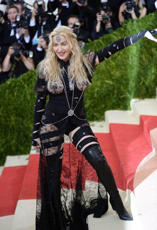 Madonnan pukeutuminen yllätti mauttomuudellaan.