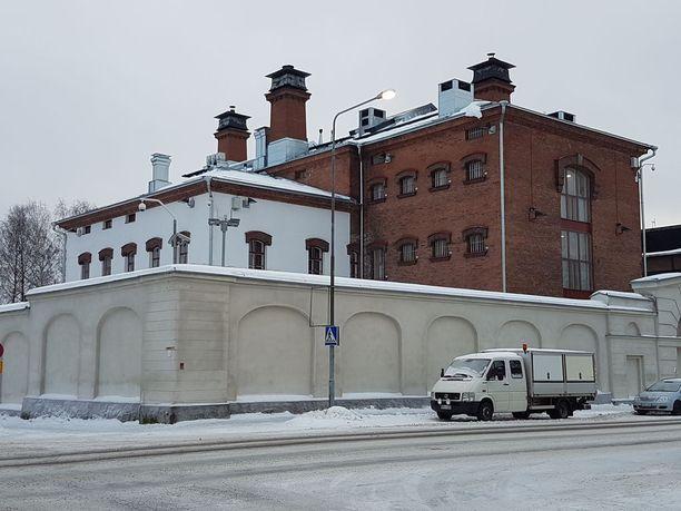 Imatran kolmoismurhasta epäilty on siirretty Imatran poliisivankilasta Mikkelin vankilaan.