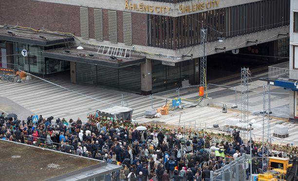 Tukholman terrori-iskun tekijä ajoi kuorma-autolla tavaratalon ikkunasta sisään. Ihmiset ovat käyneet jättämässä kukkia ja kynttilöitä paikalle.