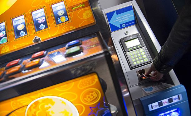 Kolikkopelit eivät ole enää kolikkopelejä. Koneisiin on asennettu maksukorttipäätteet.