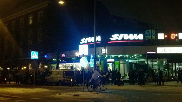 Faneja Anssin keikka-Siwan edustalla tiistai-iltana.