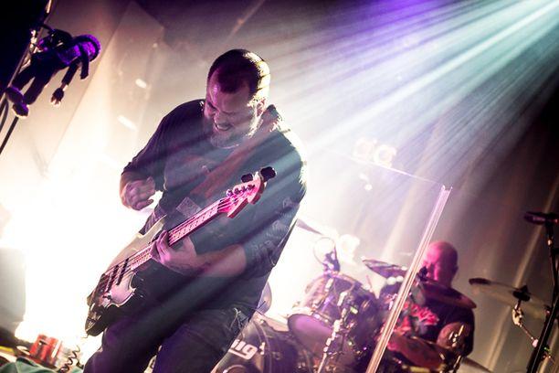 Vaikka HIM on juuri palannut Suomeen Amerikan kiertueelta, esiintymisessä ei näkynyt väsymisen merkkejä, vaan soitossa näkyi rakkaus musiikkiin ja faneihin.