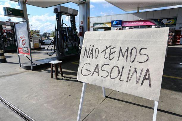 Kyltti Curitibassa sijaitsevan huoltoaseman edustalla kertoi sunnuntaina, että menovesi on loppu.